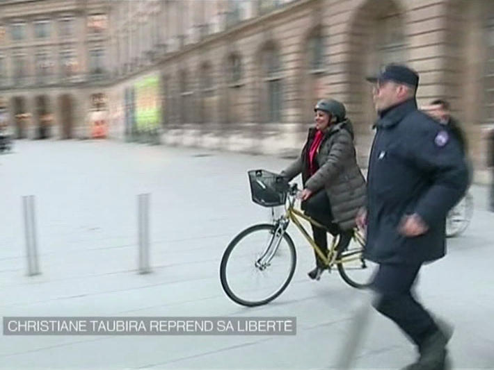 Christiane Taubira leaves work for the last time on her bike (of course)